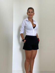 A professora Carla, apesar de vestir camisa clara e shorts escuro, está inadequada